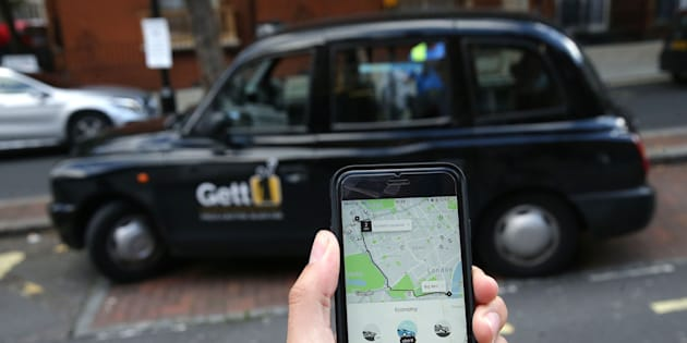 Os táxis vêm perdendo espaço para os aplicativos por quatro fatores: o preço mais baixo, a rastreabilidade, a segurança e a possibilidade do pagamento com cartão de crédito ou débito.