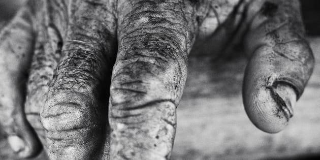 Une main d'homme photographiée par Nikos.