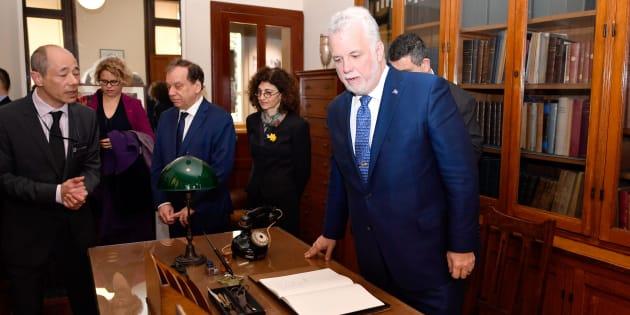 Le premier ministre Couillard a visité le bureau de Marie Curie, hier, lors de sa tournée en France.