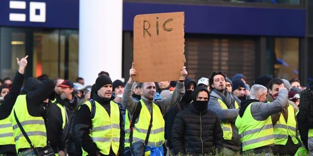 Ce samedi 12 janvier, des gilets jaunes défilant à Marseille réclamaient encore l'instauration du référendum d'initiative citoyenne.