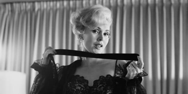 Zsa Zsa Gabor, morte dimanche 18 décembre d'une crise cardiaque, pose lors d'une séance photo à Los Angeles en 1956