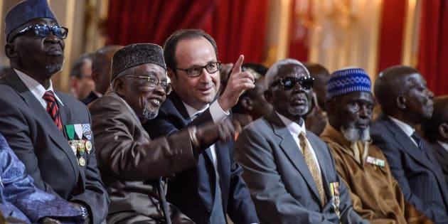 François Hollande au milieu de tirailleurs sénégalais à l'Elysée le 15 avril 2017.