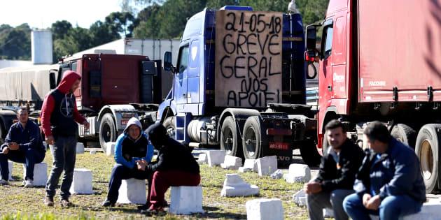Apesar da negociação com o governo, diversos caminhoneiros continuam bloqueando estradas.