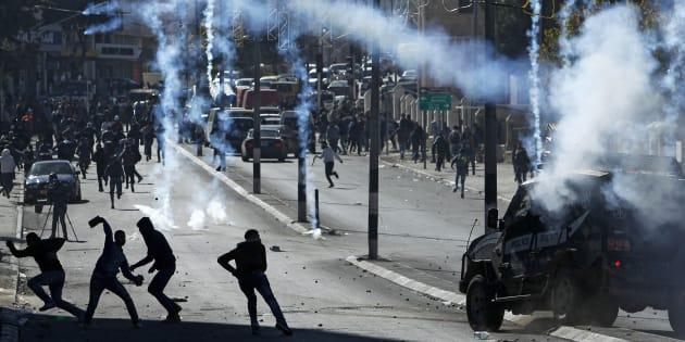 Des Palestiniens s'en prenant aux forces israéliennes à Bethléem le 9 décembre 2017.