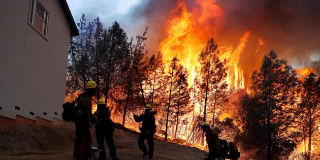 """Des pompiers interviennent près du """"Camp fire"""", à Paradise, en Californie, le 8 novembre."""