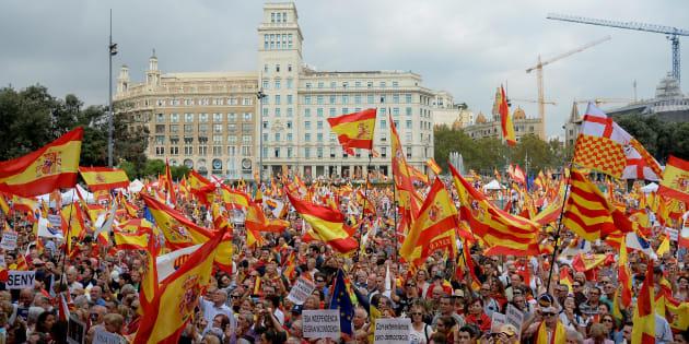 Un grupo de personas con banderas de España, en la concentración anti-independencia de hoy en Barcelona.