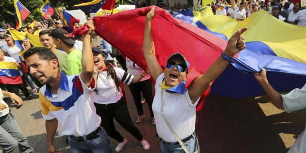 Les manifestants scandent «Maduro dehors» lors d'une manifestation antigouvernementale contre le président vénézuélien Nicolas Maduro, le mardi 12 février 2019.