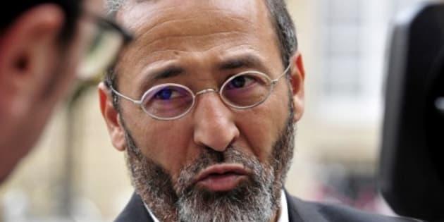 L'Imam de la mosquée de Bordeaux Tareq Oubrou s'adresse aux journalistes en arrivant à une messe donnée à Notre-Dame de Bordeaux, le 30 juillet 2016, en hommage au prêtre Jacques Hamel tué le 26 juillet en son église de Saint-Etienne-du-Rouvray.