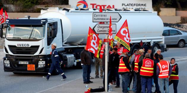Des chauffeurs routiers bloquent la raffinerie Total de La Mède, près de Fos-sur-Mer, le 25 septembre.