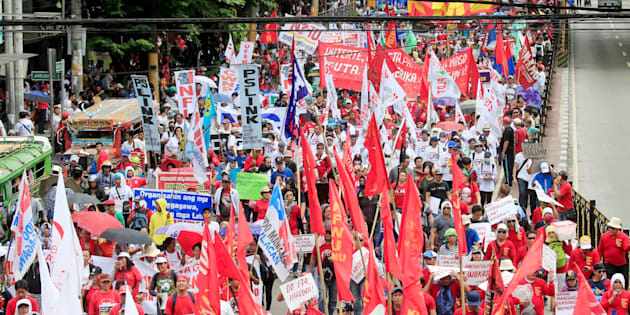 Des milliers de travailleurs manifestent pour la fête du Premier Mai aux Philippines.
