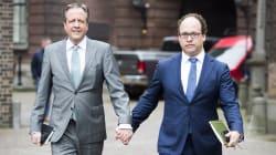 Mano nella mano: così i politici olandesi dicono stop