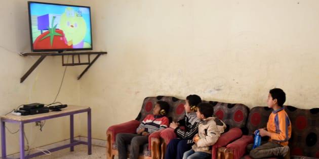 Des enfants égyptiens regardant la télévision au Caire, en février 2017