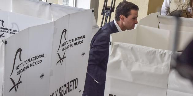 El presidente Enrique Peña Nieto votó en la Escuela Primaria 'El Pípila', como es costumbre para los mandatarios mexicanos. FOTO: MARIO JASSO /CUARTOSCURO.COM