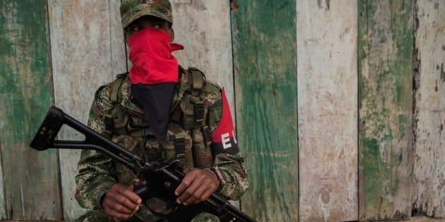 Un miembro de la guerrilla del Frente de Guerra Occidental 'Omar Gómez' del Ejército de Liberación Nacional (ELN) es fotografiado en un campamento en las orillas del río San Juan, departamento de Chocó, Colombia, el 19 de noviembre de 2017.