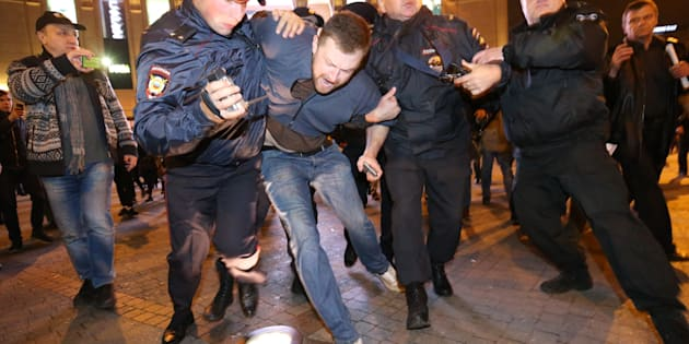 ST PETERSBURG, RUSSIA - OCTOBER 7, 2017: Policemen detain participants in an unauthorized rally in support of opposition activist Alexei Navalny currently placed under administrative detention on charges of inciting to protest action. Peter Kovalev/TASS (Photo by Peter Kovalev\TASS via Getty Images)
