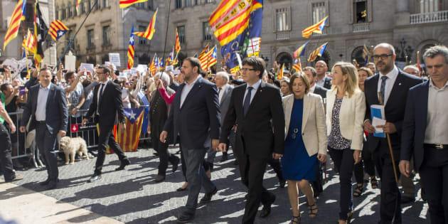 Concentración de alcaldes en la plaza Sant Jaume de Barcelona.