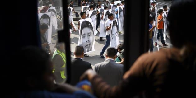 Familiares y camaradas de los 43 estudiantes de la escuela de enseñanza en Ayotzinapa que desaparecieron en septiembre de 2014 realizan una manifestación para conmemorar 43 meses desde su desaparición, en la Ciudad de México.