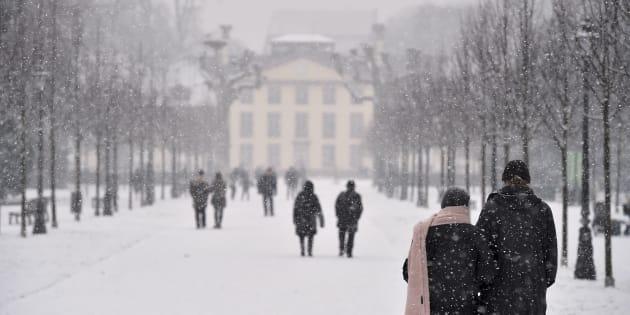 Des promeneurs le 8 janvier à Strasbourg, où les températures pourraient chuter jusqu'à moins 9 degrés durant la vague de froid.