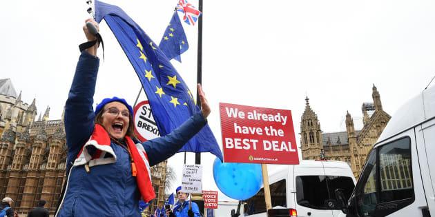 La libra cayó fuertemente a medida que surgían noticias momentos después de que Downing Street insistiera en que la votación aún estaba en marcha.