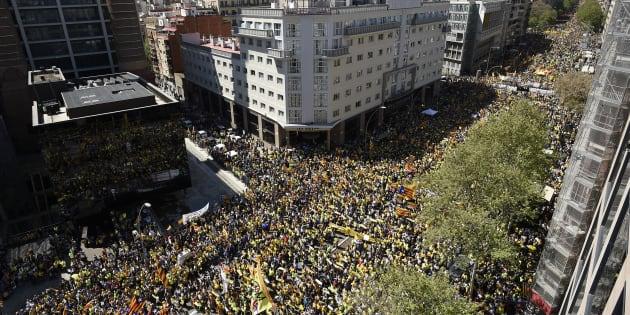 À Barcelone, plus de 300.000 personnes manifestent contre la détention d'indépendantistes
