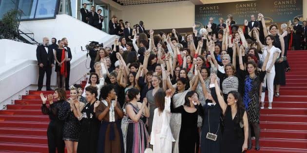 """Festival de Cannes 2018: Cate Blanchett, Agnès Varda et 80 femmes du cinéma réclament """"l'égalité salariale"""" (Photo prise le 12 mai 2018, sur les marches du Palais des Festivals)"""