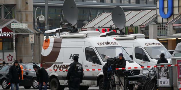 Des camions satellites de télévision stationnent près du lieu de l'attaque sur un marché de Noël de Berlin, le 20 décembre.