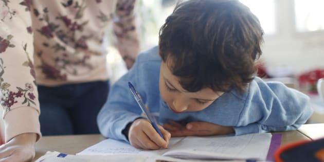 """Vaincre la """"main molle"""", cette """"maladie des tablettes"""" qui empêche les enfants de savoir correctement tenir un crayon"""