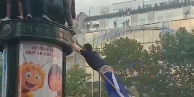 Coupe du monde: Sauter sur une colonne Morris (et se rater), nouveau sport national français.