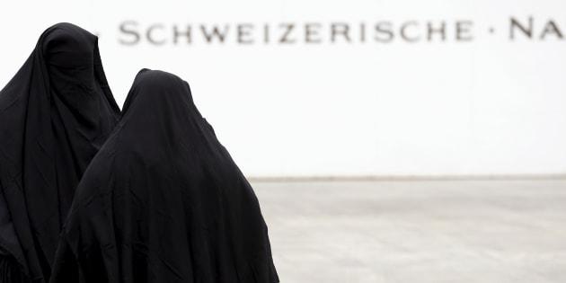 Miembros de una plataforma anti-burka llevan el velo integral en señal de protesta en un acto celebrado en Berna, Suiza, en 2016.
