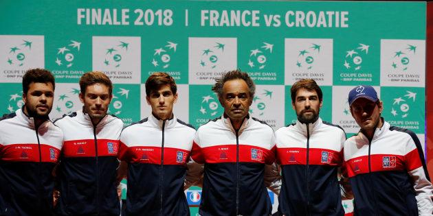 A la veille de la finale de Coupe Davis France-Croatie, le capitaine de l'équipe de France Yannick Noah pose avec Jo-Wilfried Tsonga, Jeremy Chardy, Lucas Pouille, Pierre-Hugues Herbert et Nicolas Mahut lors de la conférence de presse du 22 novembre 2018.