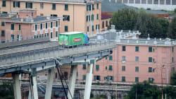 📹 VIDEO El camión que se salvó de caer al vacío en el puente de Génova,