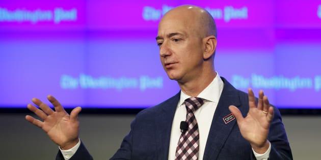 Jeff Bezos durante la apertura de la sala de redacción del 'Washington Post', Washington, D.C., el 28 de enero de 2016. Bezos se convirtió en la persona más rica de la historia moderna el lunes.
