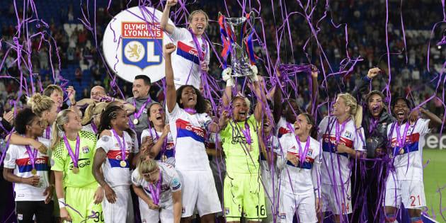 La capitaine de l'OL Wendie Renard et ses coéquipières soulèvent le trophée de la Ligue des Champions, le 1er juin à Cardiff.