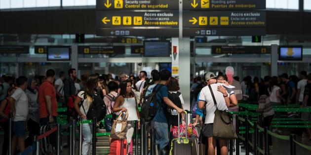 Colas de pasajeros en el control de seguridad del aeropuerto de El Prat, Barcelona.