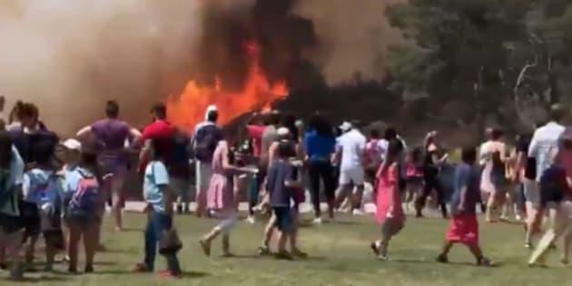 À Los Angeles, un gros incendie dévaste les abords du célèbre signe Hollywood.