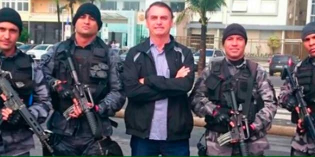 """Bolsonaro sobre seu modelo de intervenção: """"Nossa gente vai atirar e não vai ter punição para ele. O homem só respeita aquilo que ele teme""""."""