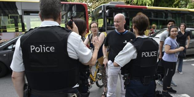 Des policiers parlent aux parents d'enfants scolarisés près des lieux de l'attaque à Liège, le 29 mai.