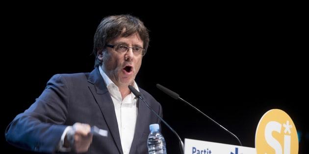 El presidente de la Generalitat, Carles Puigdemont, en el Teatro Principal de Badalona, durante el acto de esta noche del PDeCAT en favor de la consulta.