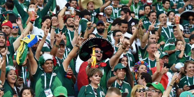 Aficionados de México animan durante el partido de fútbol del Grupo F de Rusia 2018 entre México y Suecia en el Ekaterinburg Arena en Ekaterinburg el 27 de junio de 2018.