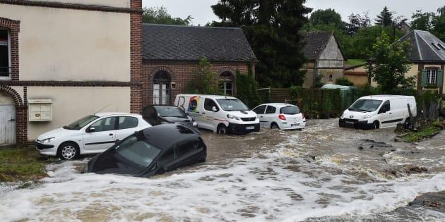 Une voiture emportée par les eaux mardi à Breteuil, en Normandie