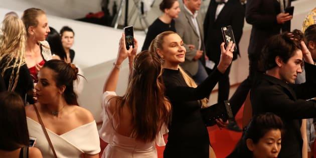 """Des invités du Festival de Cannes bravant l'interdiction de prendre des selfies lors de la projection du film """"Arctic"""", ce jeudi 10 mai."""