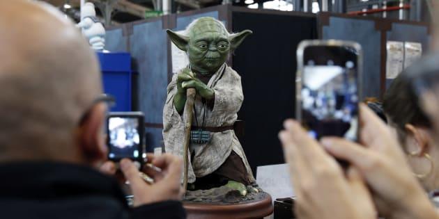 Des fans devant une statue de Yoda au Comic Con 2015 à Paris