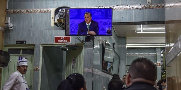 Clientes de diversas taquerías y puestos de comida en la ciudad, observaron la transmisión televisiva del tercer y último debate entre los candidatos a la presidencia que se realizó en Mérida.