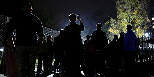 Des Américains se rassemblent devant la Maison Blanche à Washington, en attendant les résultats de l'élection présidentielle américaine, le 9 novembre 2016. REUTERS/Joshua Roberts
