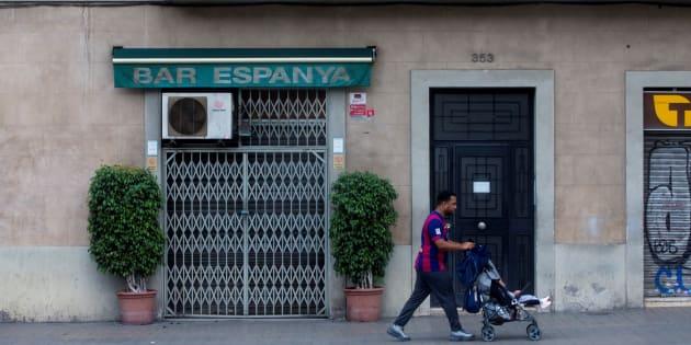 Un bar de Barcelona cercano a la Plaza de España permanece cerrado durante la jornada de huelga y paro general en Cataluña.