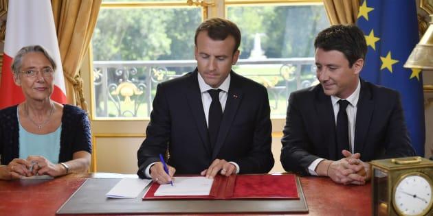 Emmanuel Macron a promulgué la loi réformant la SNCF, encadré par sa ministre des Transports, Elisabeth Borne, et le porte-parole du gouvernement Benjamin Griveaux.