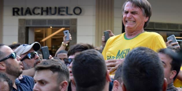 O então candidato Jair Bolsonaro é esfaqueado durante evento de campanha em Juiz de Fora (MG) em setembro.