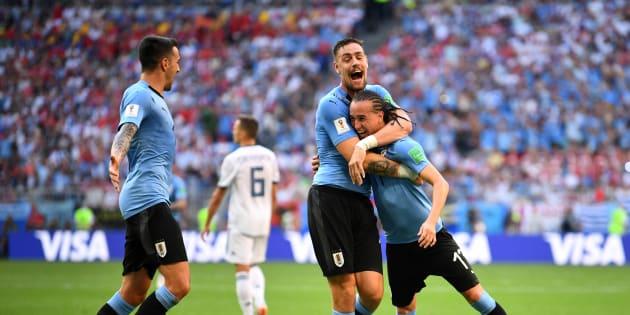 Uruguay venció a Rusia 3 a 0 en la tercera vuelta de la fase de grupos, resultado que lo clasificó como líder del grupo A a octavos de final.