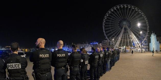 Près de 200 policiers ont manifesté dans la nuit de samedi à dimanche 30 octobre sur le Vieux Port de Marseille.