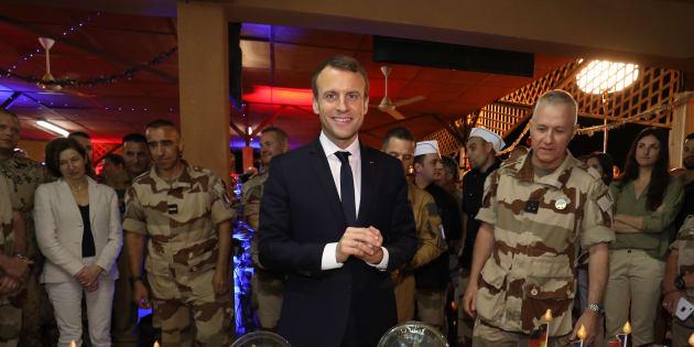Le président Emmanuel Macron avec des troupes françaises.